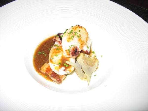 Calamares a la plancha con alcachofas confitadas, panceta ibérica y jugo de asado