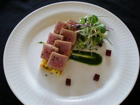 Coca de atún marinado en soja con mango y sésamo